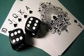 Würfel und Spielkarten im Casino